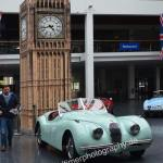 Messehalle Eingang West für britische Oldtimer Jaguar XK 140 OTS
