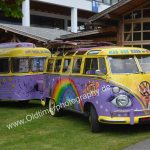 VW Bus T1 mit Wohnwagen in Hippiebemalung
