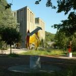 MAC 2 Museum Art & Cars Aussenansicht mit Skulpturen bei den neugeschaffenen 30 Parkplätzen