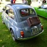 Fiat 500 mit Lederkoffer im Rücken