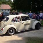 VW Käfer mit engem Wendemanöver im Schloßgarten Wolfegg