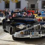 Lincoln Zephyr Continental 1948 mit gut gelaunten Insassen im Innenhof des Schloß Meßkirch