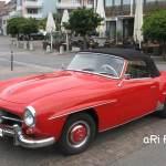 Mercedes-Benz 190 SL in roter Farbe. Es gab jedoch weit mehr Polsterfarben, als Lackierfarben.