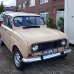 Renault R4 steht mit noch originalen französischen Kfz-Schild zum Verkauf - Plaque d'immatriculation de véhicule automobile