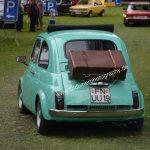 Fiat 500 mit Reisekoffer auf dem Gepäckträger
