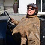 Morgan Threewheeler und stilechter Bekleidung des Fahrers