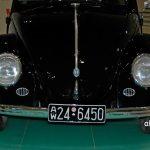 VW Ur-Käfer von 1949 mit vorne Wolfsburger Wappen wie er im Porsche Museum zu sehen ist.