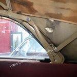 Studebaker Champion Detailansicht auf hinteres Seitenfenster und Klappmechanismus der Persenning