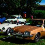 Opel Manta B (1975–1988) und links MGB Roadster 1962-1980