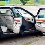 Maserati Quattroporte IV mit geöffneten Seitentüren vorne und hinten