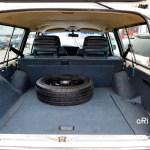 Volvo 240 Classic Kombi mit geöffneter Heckklappe und umgeklappter Rücksitzbank
