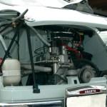 Abarth 1000 mit geöffneter Motorhaube hinten zur besseren Kühlung des 998 ccm Motor