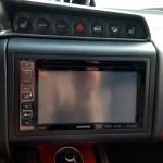 Lotus Evora 400 mit Alpine INE-W990BT verfügt über einen 6,1-Zoll-Touchscreen und eine Rückfahrkamera