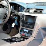 Maserati GranTurismo S Interieur mit Multifunktionslenkrad und sequentieller Schaltung