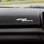 Ferrari 458 mit verchromten Schriftzug auf der Armaturentafel