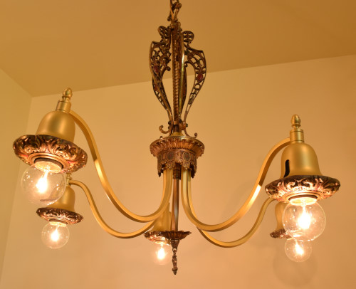 Fuchsia chandelier, full view, lit