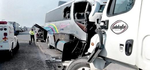 Choque de autobús contra tráiler deja un muerto y seis personas graves
