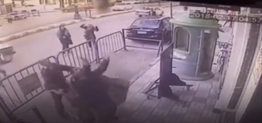 Policía atrapa a un niño cuando caía de un tercer piso