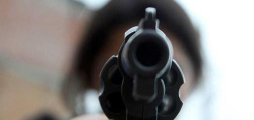 Alumno de secundaria corretea a compañeros con arma de fuego