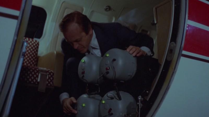 Ангар 18, финал фильма, кадр, начинка для взрыва, самолёт ВВС