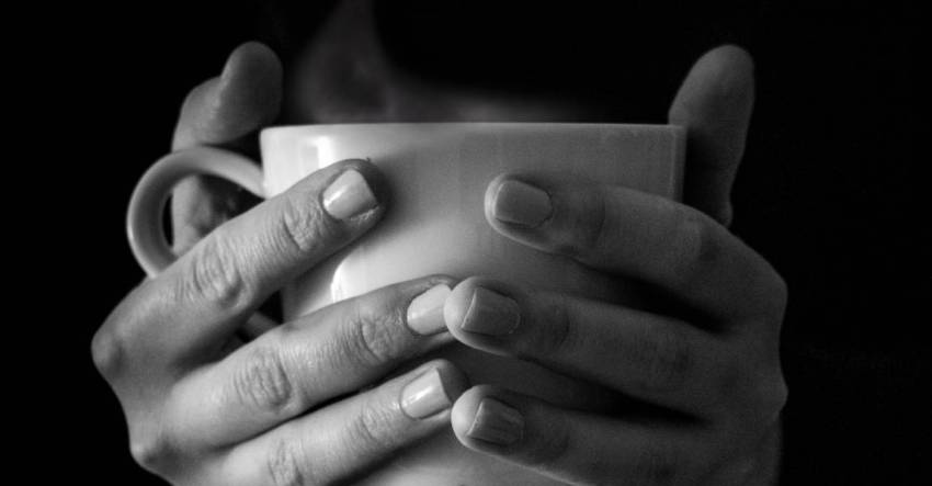 Чашка, чай. руки, обнявшие, фото