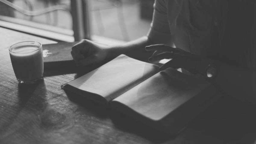 Автор, рассказчик, рукопись, письменный стол
