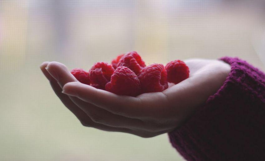 Малина, женская рука, угощение