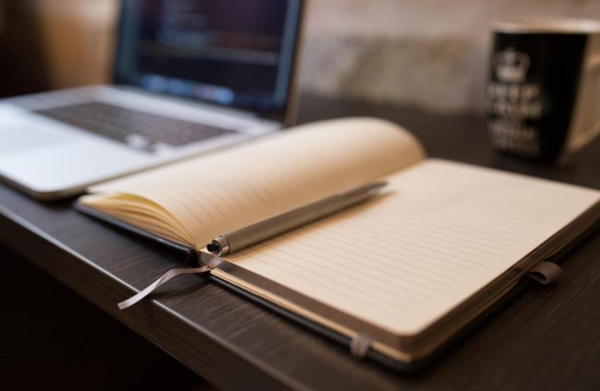 Тетрадь, карандаш, стол, компьютер