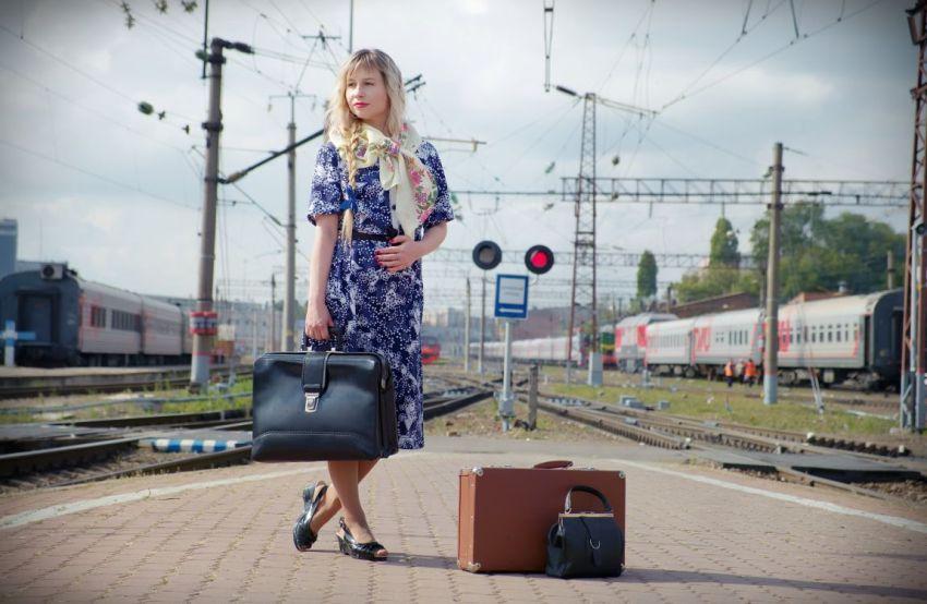 Девушка, СССР, вокзал, перрон, пути, железная дорога, поезда, чемодан, сумка