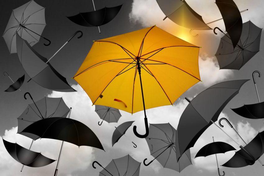 Путь к уникальности, неповторимый предмет, вещь, зонт и солнце на фоне общей серости