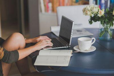 На коленке, копирайтер, писатель, компьютер, текст, писать плохо
