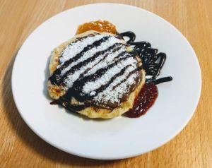 Pancakes o tortitas con chocolate y dos mermeladas