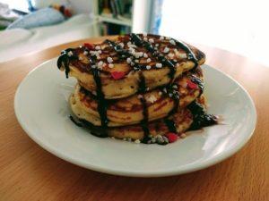 Torre de pancakes con chocolate y azúcar