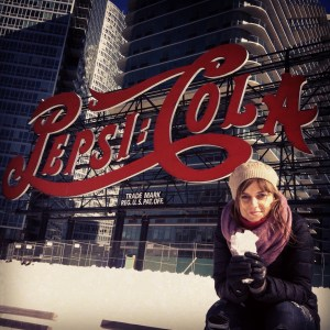 Con el logotipo de la Pepsi Cola en NY