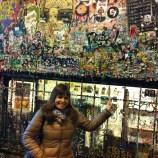 Carmen en el muro de chicles en Seattle