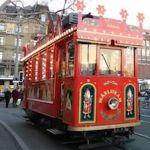 Tranvía que conduce Papa Noel