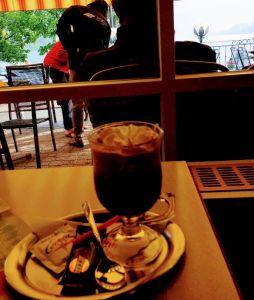 Chocolate con Kirschwasser frente al Titisee, gastronomía de la Selva Negra