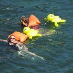 Flotadores de Zurich en el agua en agosto