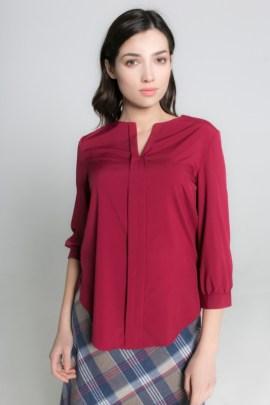 Бордовая блуза с вырезом