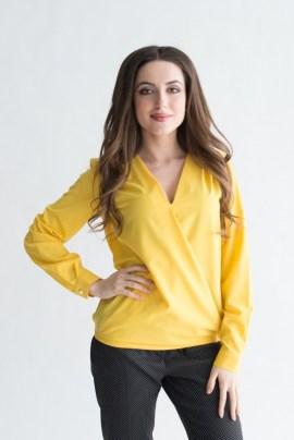 Желтая блуза с вырезом