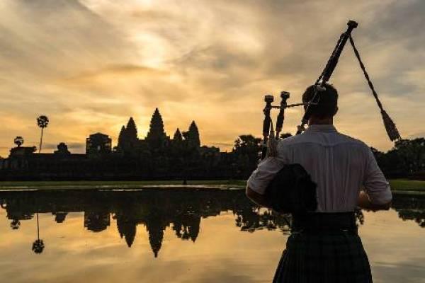 Dessa vez o escocês que viaja pelo mundo tocou sua gaita de fole em Angkor, uma região do Camboja