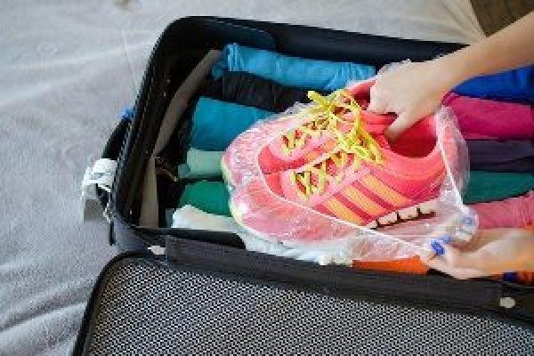 Use touca de banho para os calçados não sujarem as roupas e ficarem compactos