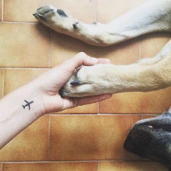 Quem ama avião e viajar vai amar essa tatuagem de viagem