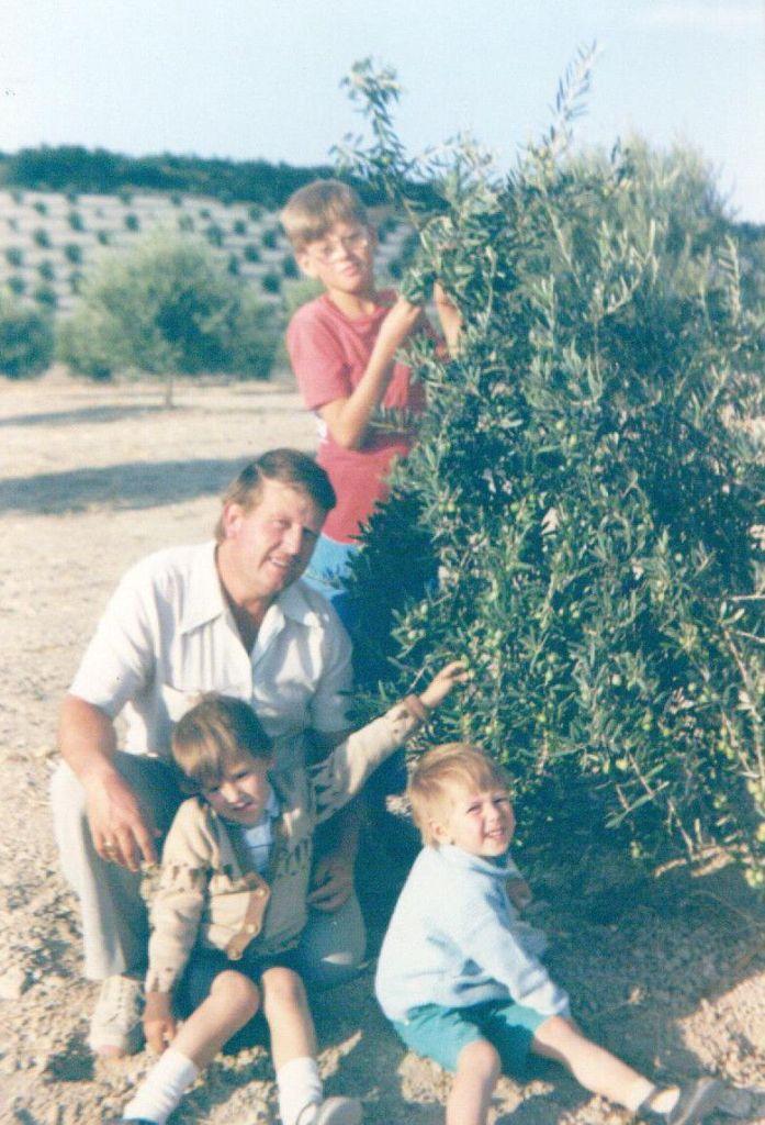 Aquí nos veis con nuestro padre, estamos tres porque Manuel aún no había nacido, fue en 1987.