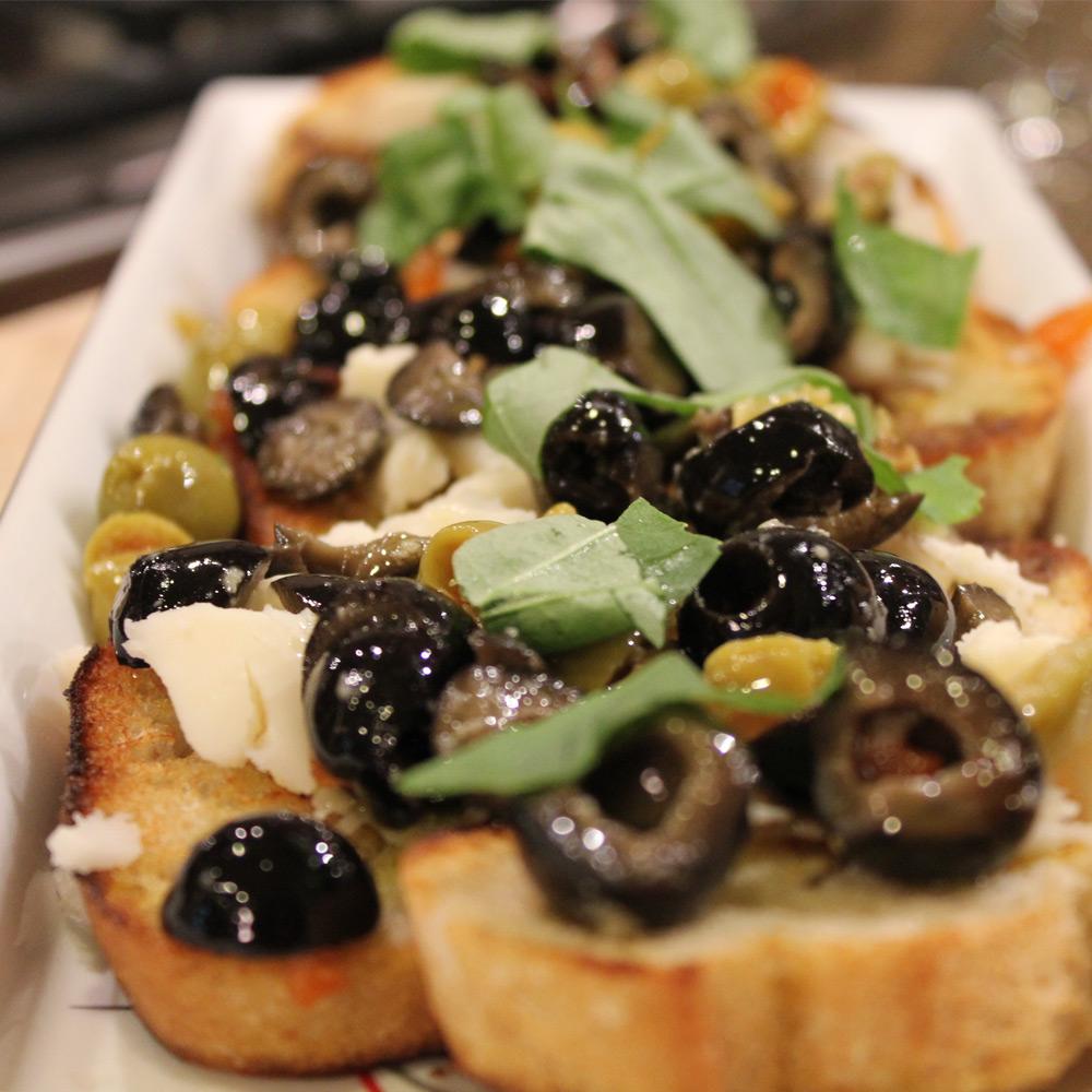 Crostini-con-olive-nere
