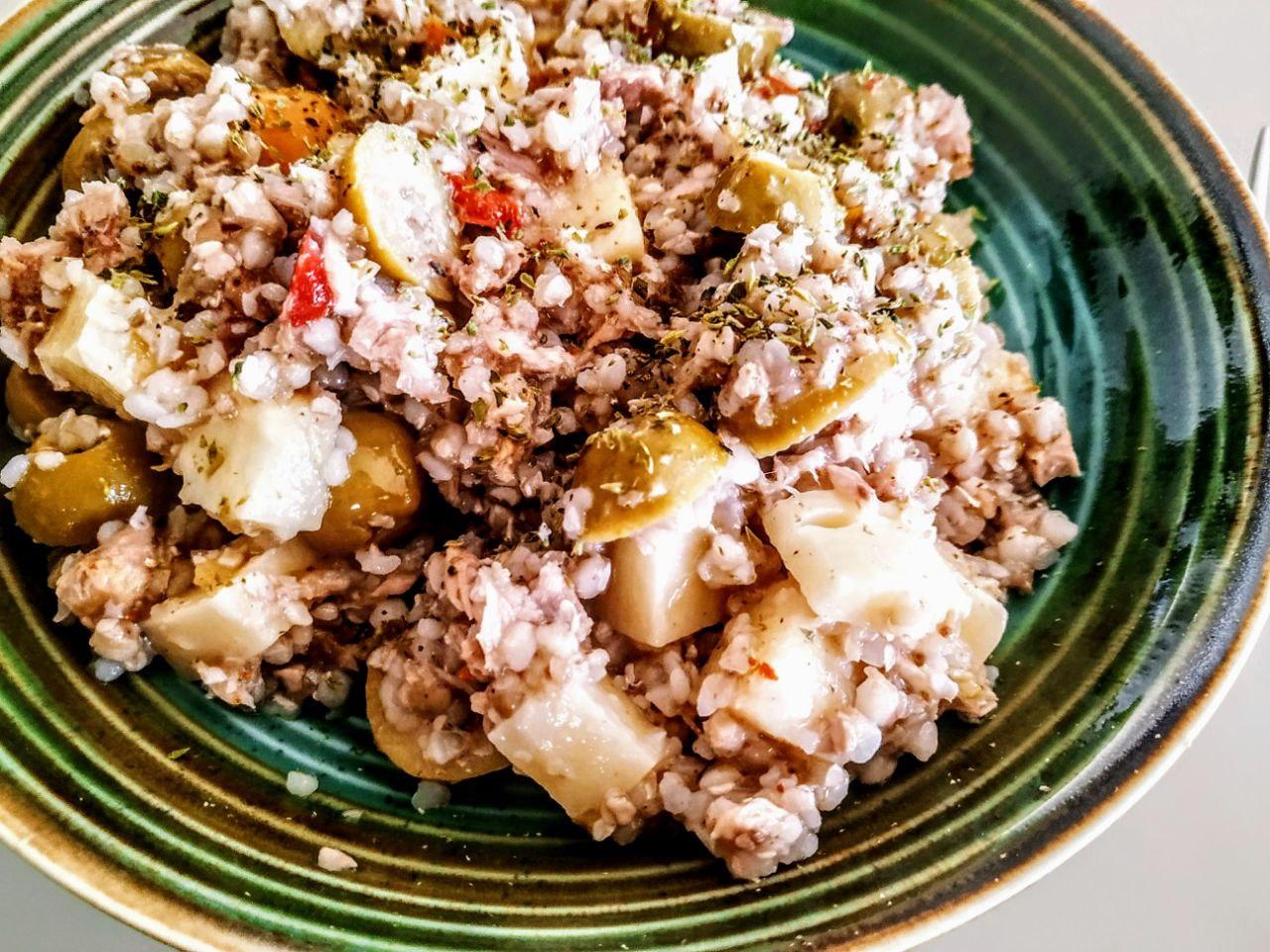 Grano saraceno olive al peperone formaggio e tonno