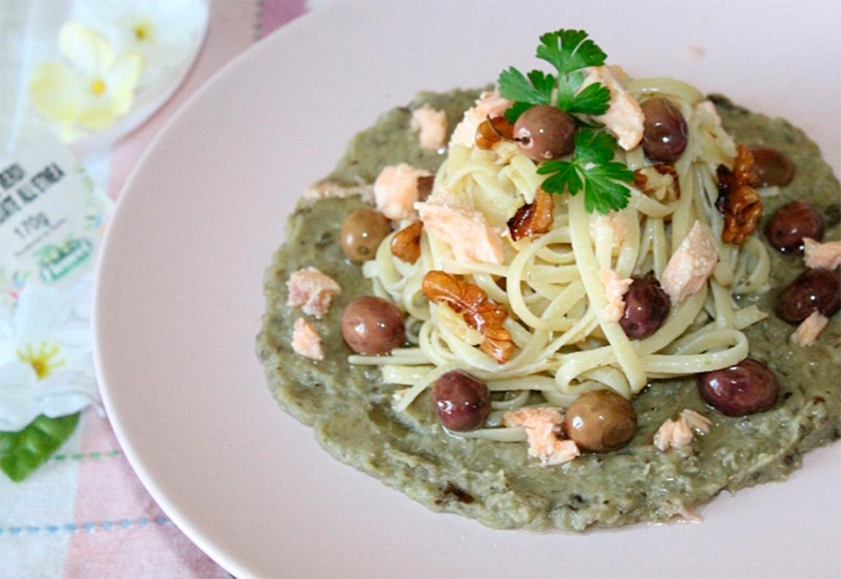 Linguine-con-salmone-noci-crema-di-melanzane-e-olive