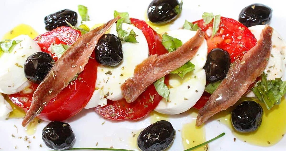 Caprese-con-olive-e-acciughe