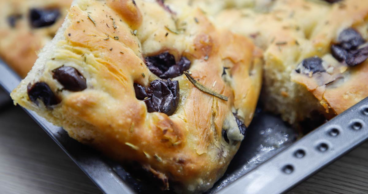 focaccia-sfogliata-olive-e-rosmarino
