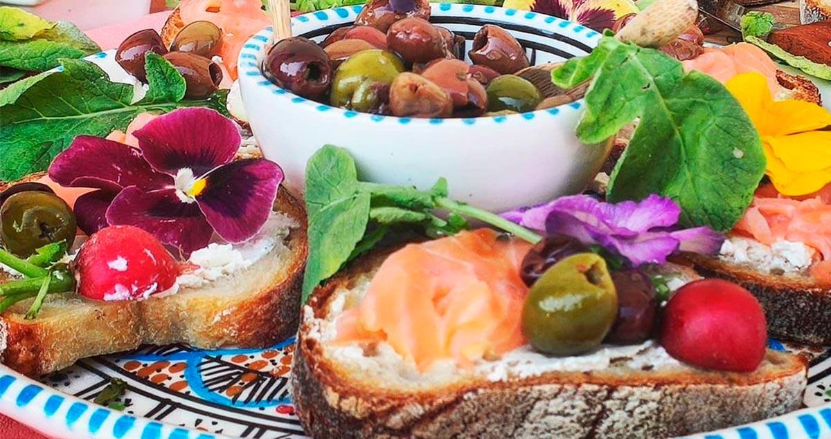 Bruschetta-con-yogurt-greco-salmone-e-olive